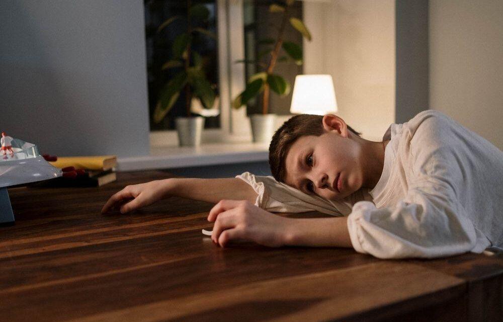 Moje dziecko tęskni na wakacjach. Psycholog wyjaśnia jak reagować?